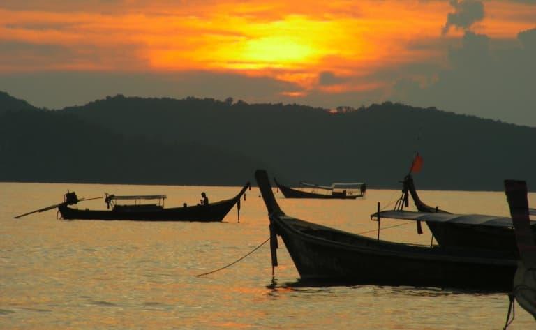 Pirogue à balancier au coucher du soleil