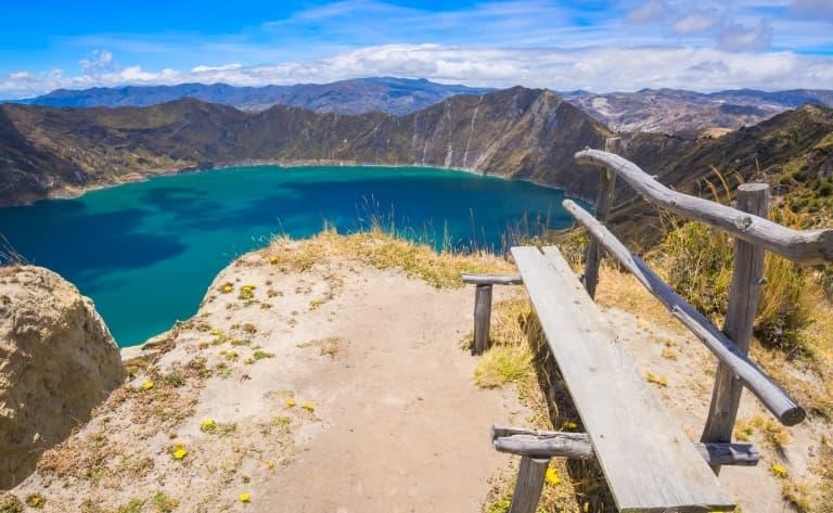 Lac turquoise et volcans