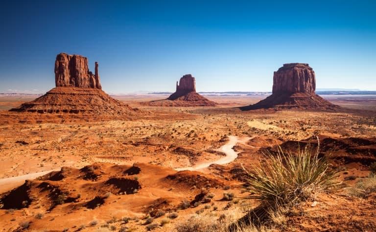 Monument Valley, dans un décor de collines rouge-sang, lieu de tournage de nombreux westerns